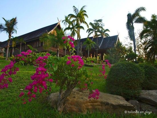 Hotel desde el jardín exterior