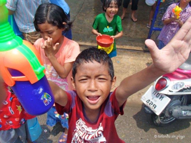 Niño birmano con la pistola de agua bien cargada