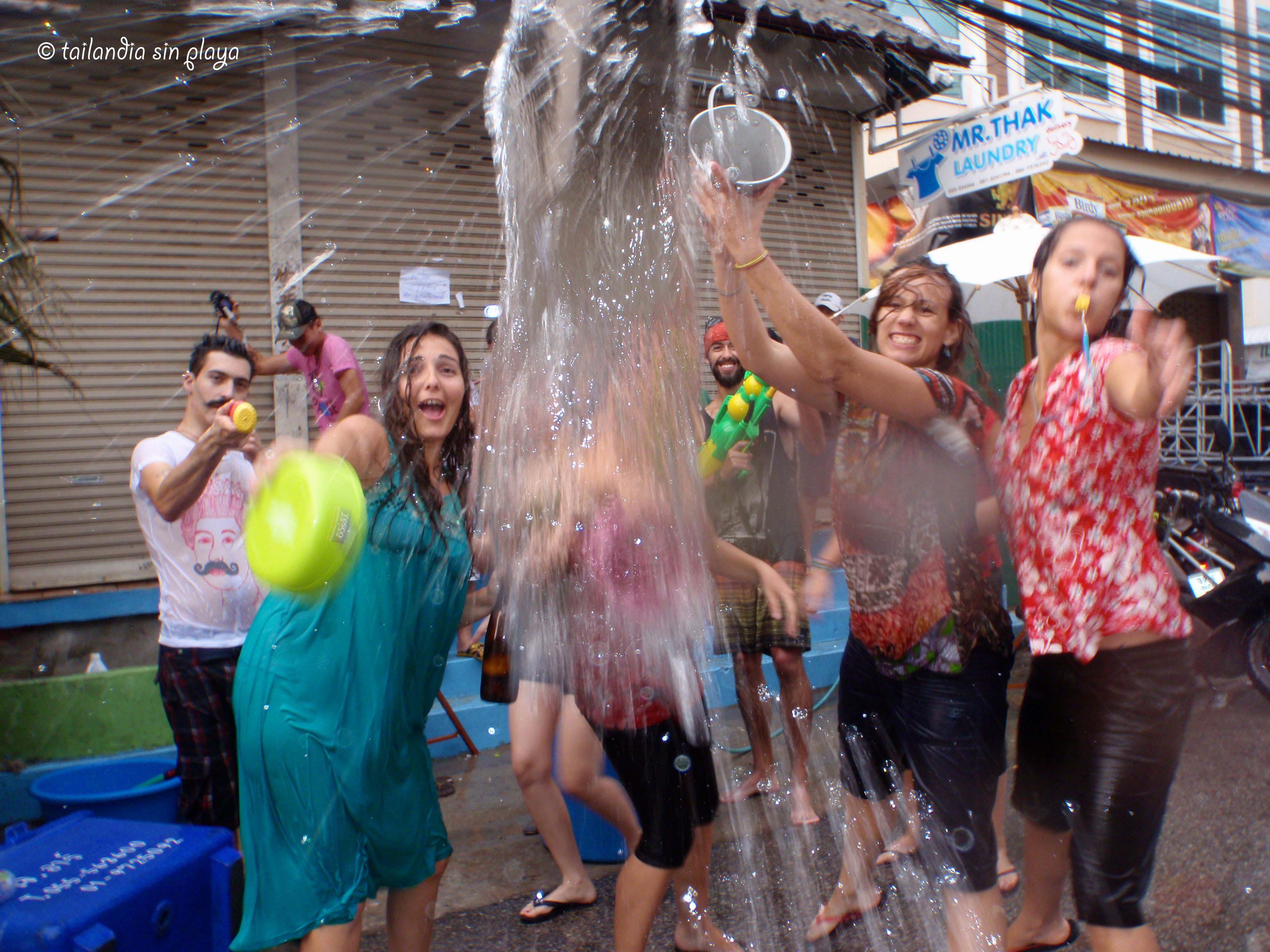 Songkran el festival del agua o la guerra acu tica for Piscina el guerra