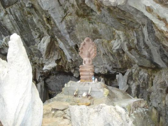 Buda sentado, el protector de la cueva