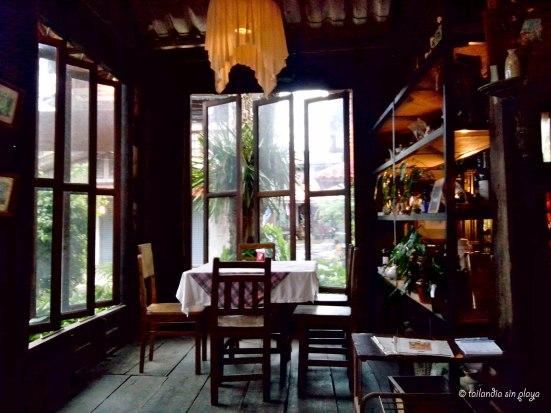 Detalle de un restaurante de madera