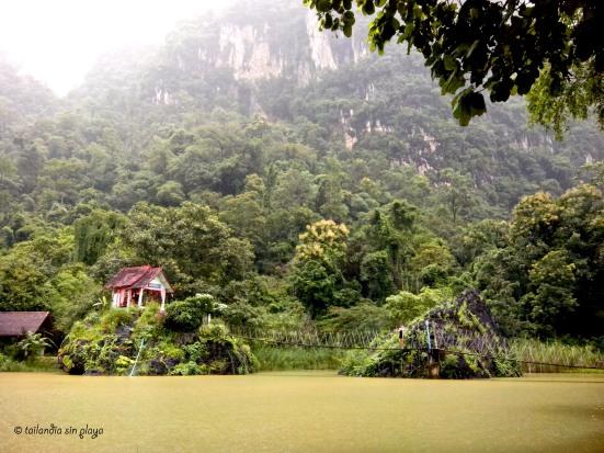 Templo pintoresco en el lago de Mae Kasa