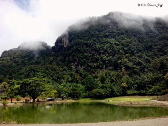 Lago con montañas calcáreas de fondo