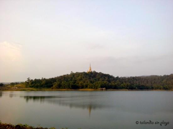Pagoda dorada vigilante de la reserva