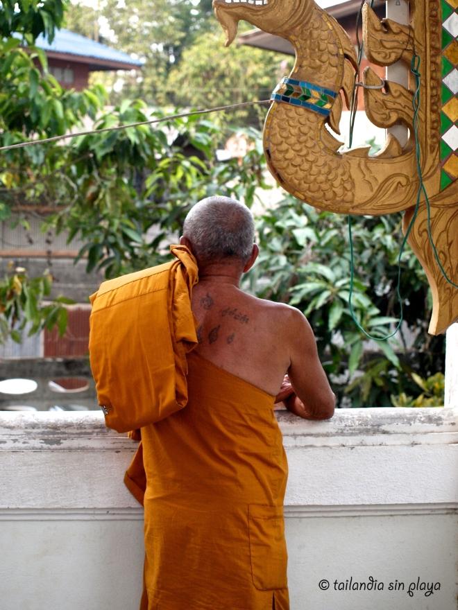 Monje en el templo de Umphang