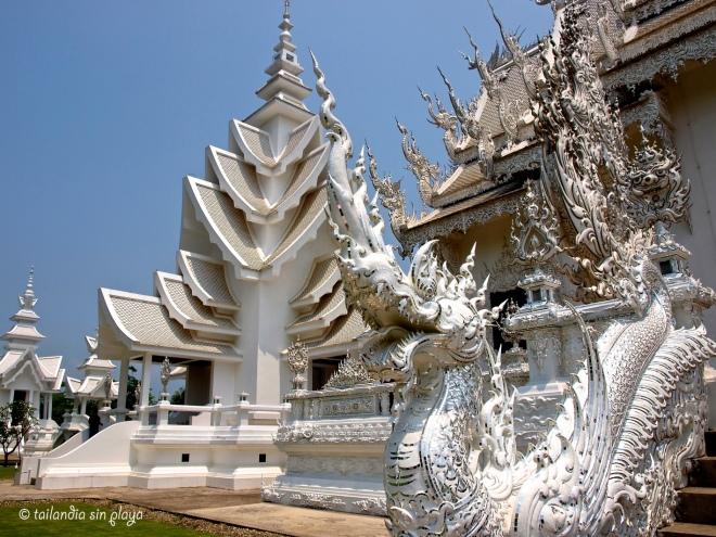 Pagodas en el Templo Blanco de Chiang Rai