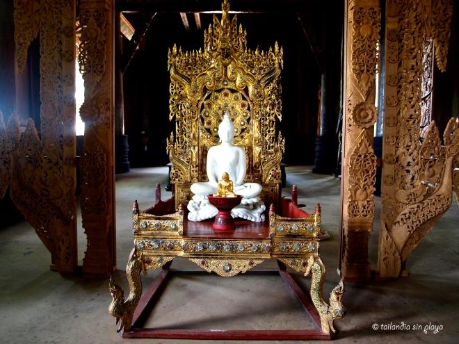 Buda blanco en la Casa Negra Chiang Rai