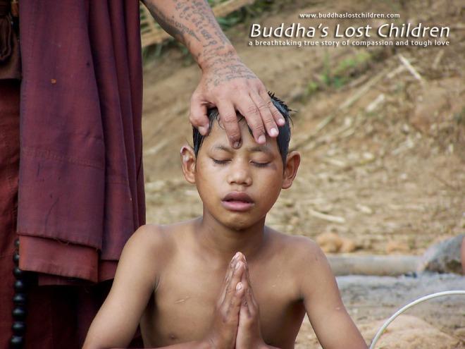 niño novicio rezando